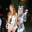 Ana Beatriz Barros et Alessandra Ambrosio, sexy en costumes de Wonderwoman et de chat pour une soirée d'Halloween. Hollywood, Los Angeles, le 30 octobre 2014.