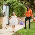 Alessandra Ambrosio, Jaime Mazur et leurs enfants Anja et Noah en pleine chasse aux bonbons à Brentwood. Los Angeles, le 31 octobre 2014.