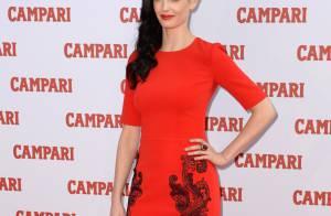 Eva Green : Sexy en robe rouge, cocktail en main, prête à nous enivrer