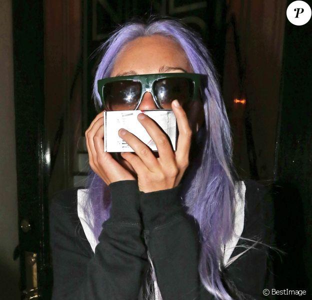 """Amanda Bynes, les cheveux violets, se cache des photographes à la sortie du """"901 Salon"""" à West Hollywood, le 7 novembre 2014"""