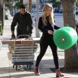 Exclusif - Iggy Azalea et Nick Young quittent un magasin Public Storage à Los Angeles, le 2 novembre 2014.