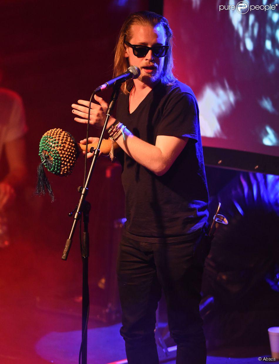 Macaulay Culkin en concert avec son groupe Pizza Underground à Nottingham en Angleterre, le 25 mai 2014.