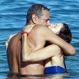 Exclusif - Jeff Goldblum et sa fiancée Emilie Livingston se baignent lors de leurs vacances à Hawaï, le 16 juillet 2014.