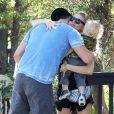 Fergie et Josh Duhamel en compagnie de leur fils Axl dans les rues de Santa Monica, le 6 novembre 2014.