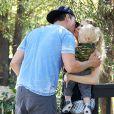 Fergie et Josh Duhamel avec leur fils Axl dans les rues de Santa Monica, le 6 novembre 2014.