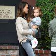 Jessica Alba (pantalon Black Orchid, Nike Air Force 1, sac A.L.C) a amené sa fille Haven chez le médecin, avant d'aller prendre un café et de préparer Halloween.
