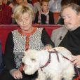 """Victor Lanoux, sa femme Véronique Langlois et leur chien - Enregistrement de l'émission """"Vivement Dimanche"""" diffusée le 16 novembre 2014 sur France 2."""