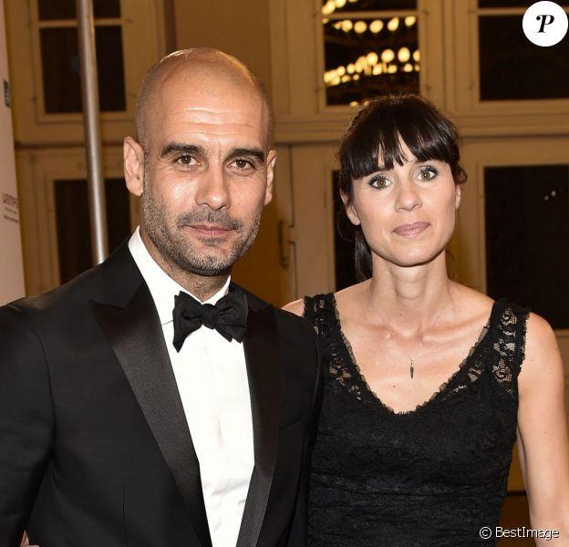 """Pep Guardiola et sa femme Christina Serra lors de la cérémonie de remise des """"Care-for-Rare Science Awards 2014"""" à Munich, le 13 novembre 2014."""