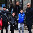 Josep Guardiola, sa femme Cristina Serra et ses trois enfants, vont déjeuner dans le quartier de Soho à New York, le 12 janvier 2013.