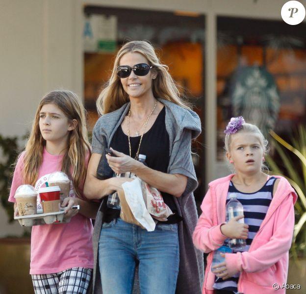 Denise Richards avec ses filles Lola et Sam à Los Angeles, le 27 novembre 2014.