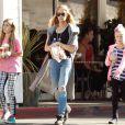 Denise Richards en compagnie de ses filles Sam et Lola à Los Angeles, le 27 novembre 2014.