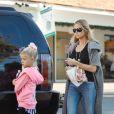 Denise Richards en virée café en compagnie de ses filles Lola et Sam à Los Angeles, le 27 novembre 2014.