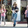 Denise Richards en compagnie de ses filles Lola et Sam à Los Angeles, le 27 novembre 2014.