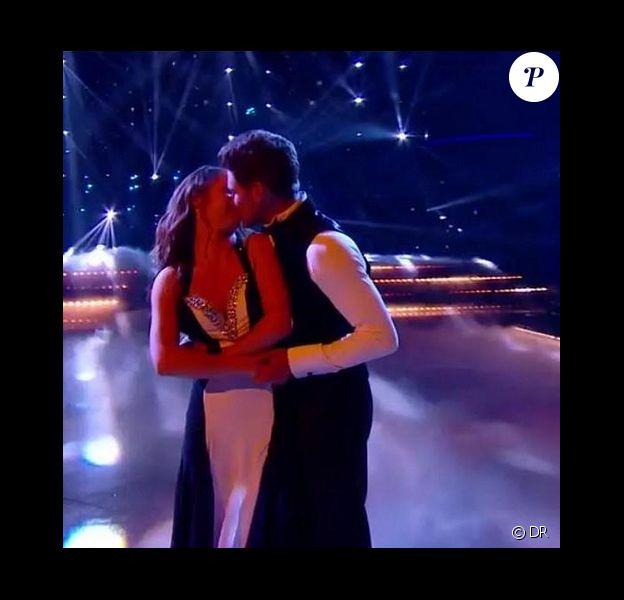 Rayane Bensetti et Denitsa Ikonomova s'embrassent à la fin de leur danse finale dans Danse avec les stars 5, la finale, sur TF1, le samedi 29 novembre 2014