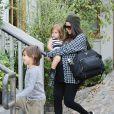 Kourtney Kardashian avec ses enfants, Mason (5 ans) et Penelope (2 ans), à Calabasas, le 7 décembre 2014.