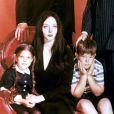 "Lisa Loring, Carolyn Jones, Ted Cassidy, Ken Weatherwax et John Astin dans ""La famille Addams"", sur la chaîne ABC de 1964 à 1966."
