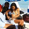 Karrueche Tran profite d'un après-midi ensoleillé sur une plage de Miami, le 8 décembre 2014.