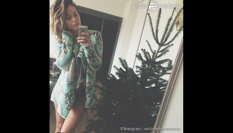 Caroline Receveur sexy en culotte aux côtés de son sapin de Noël. Décembre 2014.