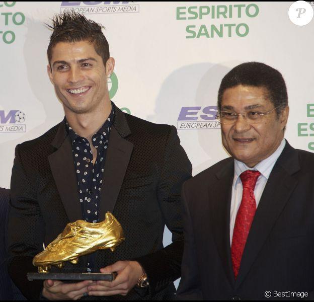 Cristiano Ronaldo et son soulier d'or entourés d'Alfredo Si Stefano et Eusébio à l'hôtel Intercontinental de Madrid, le 4 novembre 2011