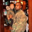 Kim Kardashian, Kanye West et leur fille North à New York, le 21 décembre 2014.