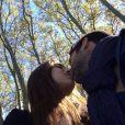 Marine Lorphelin et Zack Dugnon échangent un tendre baiser. Octobre 2014.