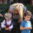 Penny Lancaster et son fils Aiden à une fête d'Halloween à Studio City le 18 octobre 2014
