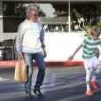 Exclusif - Rod Stewart et son fils Alastair sortent du Beverly Glen deli restaurant après y avoir déjeuné à Los Angeles, le 15 octobre 2014.