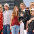 Rod Stewart recevant son étoile sur Hollywood Boulevard en 2005, avec ses enfants Sean, Kimberly, Liam et Renee.