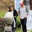 Frankie Sandford et son mari Wayne Bridge en promenade avec leur fils Parker, dans les rues de Londres, le 14 juillet 2014