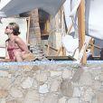 Exclusif - Jennifer Aniston et son fiancé Justin Theroux se relaxent au bord de leur piscine avec leurs amis Jimmy Kimmel, sa femme Molly McNearney, Howard Stern, sa femme Beth Ostrosky, Emily Blunt et son fiancé John Krasinski, à Cabo San Lucas, le 29 décembre 2014.