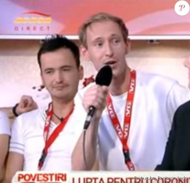 """Guillaume, candidat de """"L'amour est dans le pré 2015"""" interviewé sur la télévision roumaine lors de l'élection de Mister Gay Europe en 2011."""