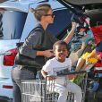 Charlize Theron et son fils Jackson font du shopping au Whole Foods à Los Angeles Le 26 décembre 2014