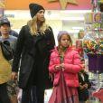 Jessica Alba fait du shopping avec ses filles Honor et Haven à Beverly Hills, le 10 janvier 2015.