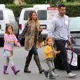Exclusif - Jessica Alba, Cash Warren et leurs filles Honor et Haven font leurs courses à West Hollywood le 11 janvier 2014.