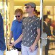 Exclusif - Elton John fait du shopping chez Prada avec Neil Patrick Harris et son mari David Burtka à Hawaii, le 8 janvier 2015.