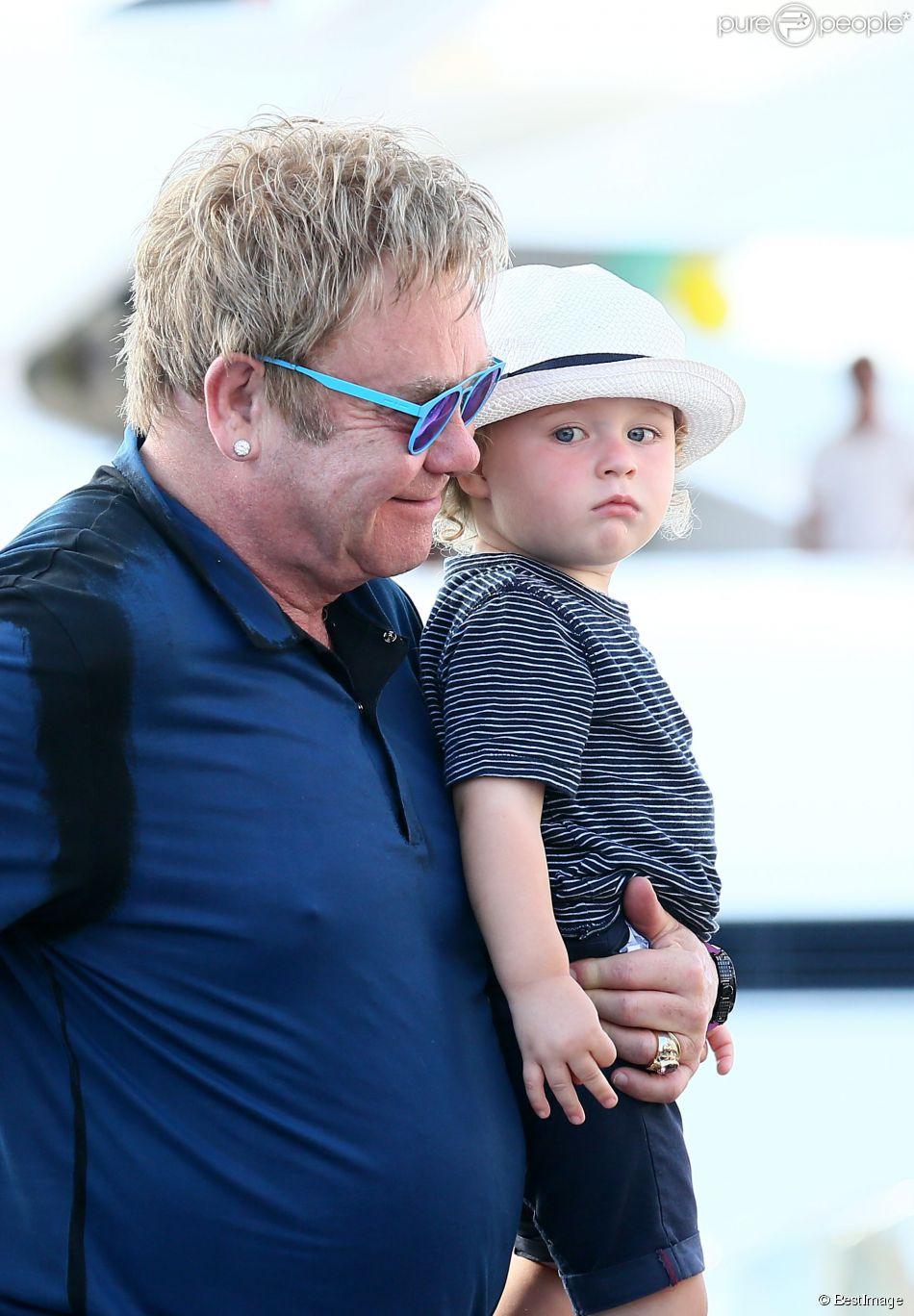 Exclusif - Elton John, son mari David Furnish et leurs fils Elijah et Zachary rentrent sur Nice après avoir passé la journée à Saint-Tropez, le 19 août 2014.