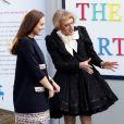 Kate Middleton, duchesse de Cambridge, enceinte de 6 mois, faisait équipe avec l'artiste contemporain Grayson Perry, ou plutôt son alter ego féminin Clare, à l'école primaire Barlby dans l'ouest de Londres le 15 janvier 2015 pour baptiser The Clore Art Room, un atelier d'art-thérapie sous l'égide de The Art Room, dont ils sont tous deux les parrains.