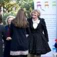 Kate Middleton, enceinte de 6 mois, a fait équipe avec l'artiste contemporain Grayson Perry, ou plutôt son alter ego féminin Clare, à l'école primaire Barlby dans l'ouest de Londres le 15 janvier 2015 pour baptiser The Clore Art Room, un atelier d'art-thérapie sous l'égide de The Art Room, dont ils sont tous deux les parrains.