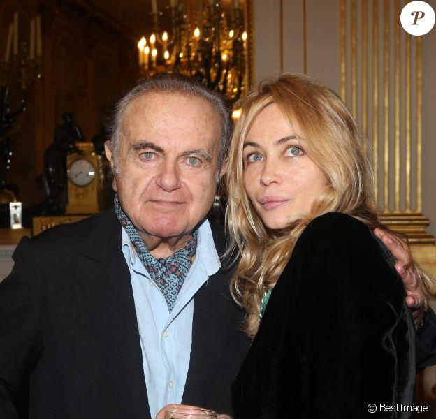 Guy Béart et sa fille Emmanuelle lorsque cette dernière a été faite Officier de l'ordre des Arts et des Lettres au ministère de la Culture à Paris le 27 Novembre 2012