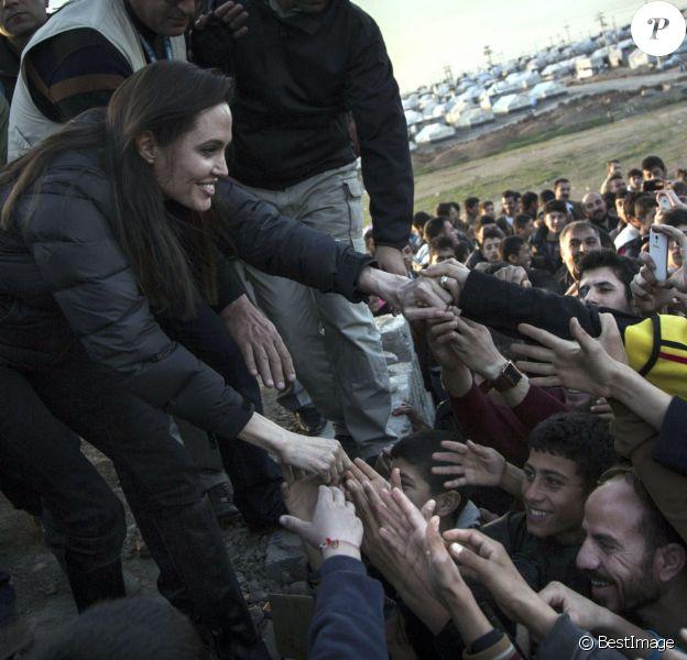 Angelina Jolie rendant visite à des enfants réfugiés dans le camp de Dohuk en Irak le 25 janvier 2015