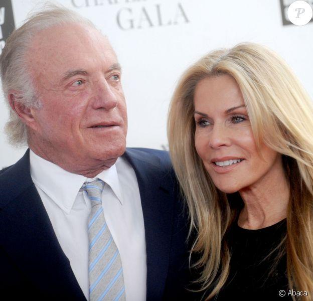 James Caan et Linda Stokes à New York, le 28 avril 2014.