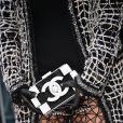 Kris Jenner (détail sac à main) arrive au défilé Haute Couture Chanel Spring-Summer 2015 le 27 janvier 2015