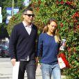 Jessica Alba de sortie avec son mari Cash Warren, porte un pull bleu, un jean large, des baskets argentées Converse All Star et un sac Louis Vuitton (crée par Christian Louboutin pour la collection Celebrating Monogram). Los Angeles, le 5 février 2015.