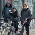 Zachary Quinto et son chéri Miles McMillan promènent leurs chiens dans les rues de New York. Le 8 février 2015