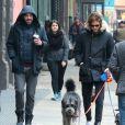 Zachary Quinto et son compagnon Miles McMillan promènent leurs chiens dans les rues de New York. Le 8 février 2015