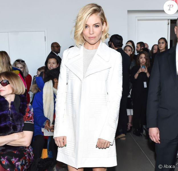 Sienna Miller assiste au défilé Calvin Klein automne-hiver 2015-2016, aux Spring Studios. New York, le 19 février 2015.