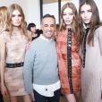 Francisco Costa et ses mannequins dans les coulisses du défilé Calvin Klein automne-hiver 2015-2016 aux Spring Studios. New York, le 19 février 2015.