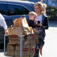 Hilary Duff fait du shopping avec son fils Luca (qui se met les doigts dans le nez devant les photographes!) à Studio City, le 19 février 2015.