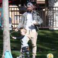 Exclusif - Mike Comrie (mari d' Hilary Duff, dont elle est séparée) s' amuse avec son fils Luca à Beverly Hills Le 27 décembre 2014