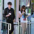 Dakota Johnson et son petit ami Matthew Hitt mangent des yaourts glacés dans les rues de Los Angeles, le 4 novembre 2014